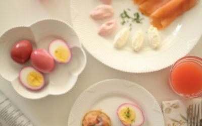 Aamiaisvinkki – Näin värjäät kananmunat punajuurella